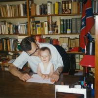 Carlos Pujol en su despacho familiar con su nieto Matthias